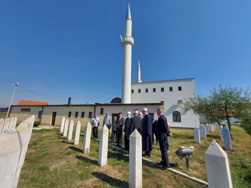 received_881153446139227.jpeg - Reisu-l-ulema posjetio mezarja imama: Simboli plemenitosti i hrabrosti